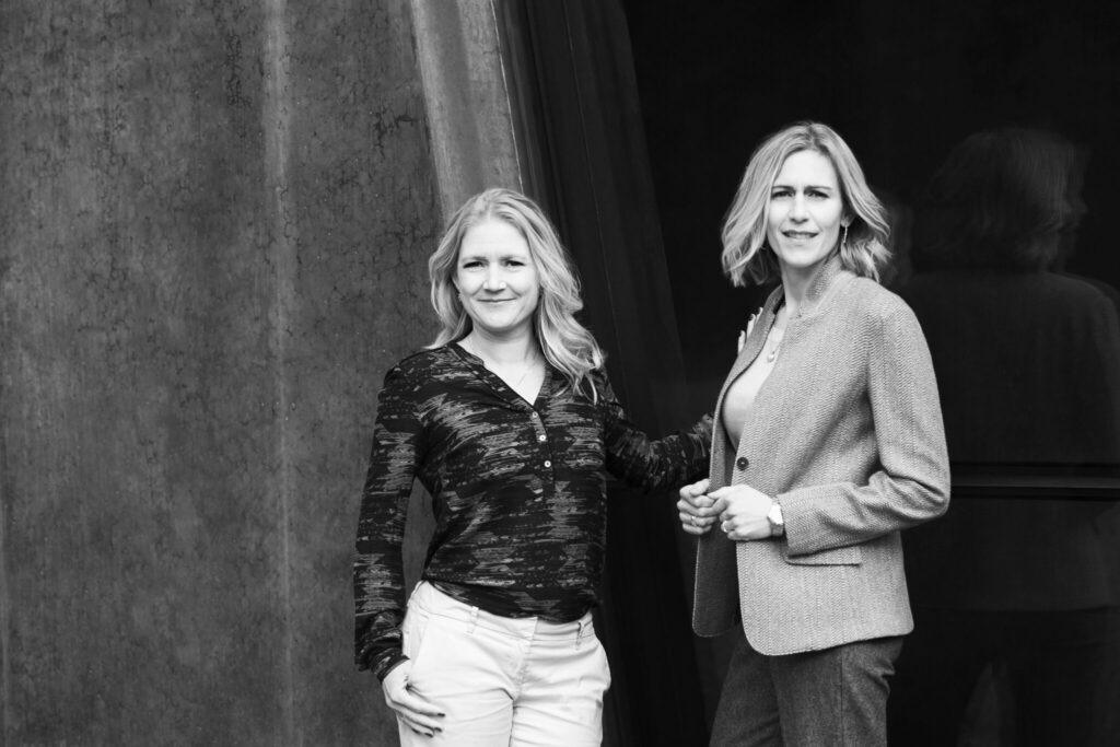 Billedet viser Tine Cederstrand (tv) og Trine Askholm (th) som tilsammen har mere end 20 års erfaring som rådgivere og skribenter.