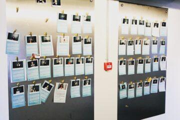 Ny klummeserie om start-up program. Hos Akademikernes A-kasse er de netop ved at afslutte et start-up forløb. Ved indgangen til de fælles arbejdslokaler hænger fotos af alle deltagere. Foto: Julie Askholm Wonsild
