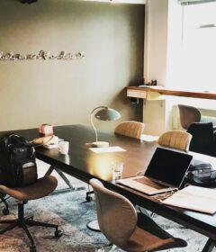 Ved disse arbejdspladser skal de kommende deltagere sidde de næste 12 uger af Akademikernes A-kasses start-up program. Foto: Julie Askholm Wonsild