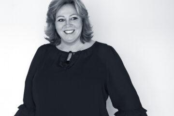 Karen-Marie Lillelund er 50 år og selvstændig foredragsholder, komiker og forfatter. Hun har tidligere været musicalperformer og arbejdet 13 sæsoner på Bakkens Hvile. I dag holder hun primært foredrag – på den sjove måde – for det private erhvervsliv. Hun er gift med Gerald fra Haiti og parret bor halvt i Danmark og halvt i New York.