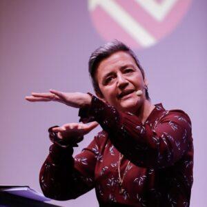51-årige Margrethe Vestager, EU-kommisær og uddannet cand.polit. På scenen til netværksarrangement hos Foreningen for kvindelige virksomhedsejere. Foto: Bjørg de Meza