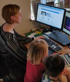 Billedet har til formål at illustrere hvordan hjemmearbejde kan se ud med to små børn.