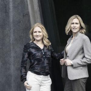 Tine Cederstrand (tv) og Trine Askholm (th) har tilsammen mere end 20 års erfaring som rådgivere og skribenter. Foto: Stine Heilmann
