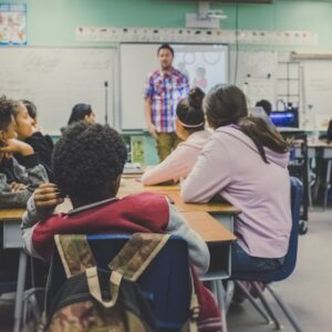Piger og drenges veje gennem folkeskolen er forskellig, men det er ikke kun drengene der står som tabere. Foto: Unsplash