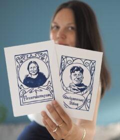 Kunstneren Sorlannguaq Ravn Lind der holde sine to tryk af rollemodellerne Arnarulunnguaq og Qâvigarssuaq Miteq. Sorlannguaq Ravn Lind har et ønske om at være med til at skabe værker med en positiv udstråling, som inuit kan spejle sig i, og hun finder netop inspiration i sine grønlandske rødder. Foto: Privat