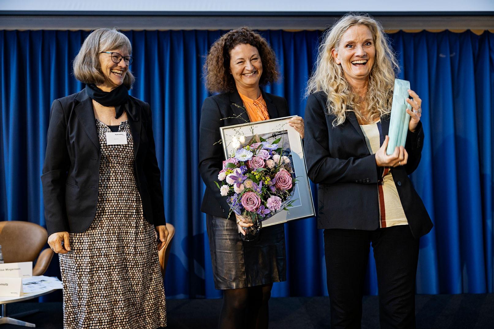 Den fornemme pris blev overrakt af Nykredits Fonds formand Nina Smith og bestyrelsesmedlem Louise Mogensen Foto: Søren Svendsen