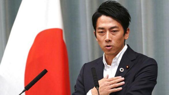Japans miljøminister Shinjiro Koizumi opfordrer mænd til at gå på fædreorlov ved selv at sætte et eksempel (Foto: Reuters/EUGENE HOSHIKO / AP)