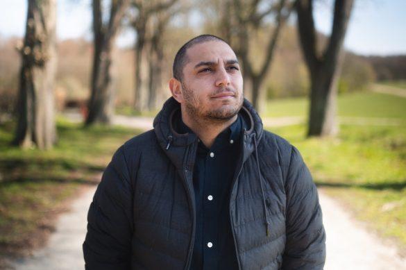 """Ali Aminali har mange kasketter på. Han er socialrådgiver, forfatter, klummeskribent, radiovært og borgerlig samfundsdebattør. Han er aktuel med sit radioprogram 'Alis Integrationsland', hvor han inviterer politikere og debattører i """"studiet"""", og taler om de svære dilemmaer og ubehagelige sandheder, som findes i 'Integrationslandet'. Foto: Privat"""