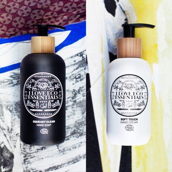 Her ses to flasker med henholdsvis håndsæbe og håndcreme.