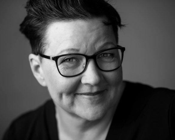 Helle Andsbjerg har i over 20 år været skibskaptajn og sejlet verden rundt. I dag underviser og coacher hun kaptajner og skibsofficerer i ledelse, teambuilding og trivsel ombord. Foto: Alex Nyborg Madsen