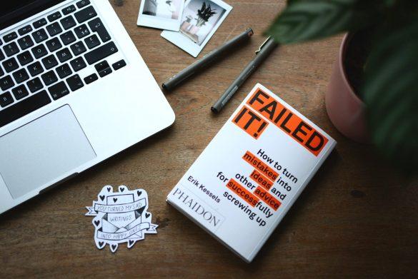 Fejl, ideer, gode råd og succes - ord som ofte følger med når man bliver iværksætter og står frem. Foto:  Estess Janssens, Unsplash