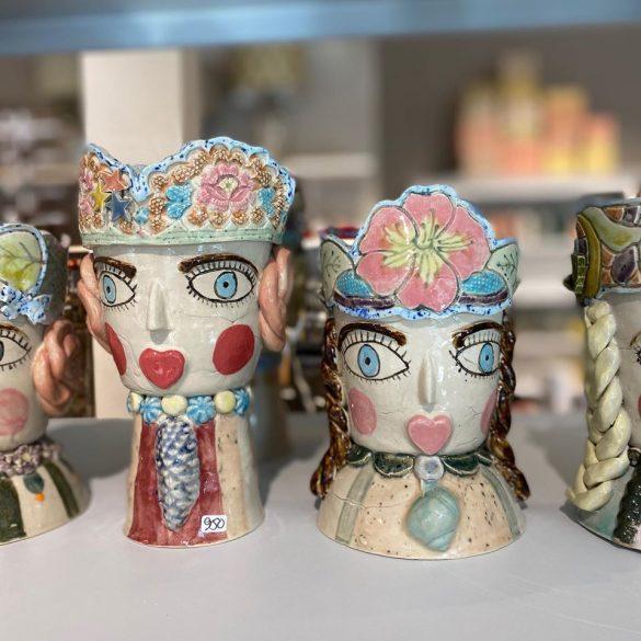 De populære og farverige keramikhoveder Royalties laver Lone Hjørnet mange af. De er unikke. Et keramikhoved tager cirka to-tre uger at lave fra lerklump til færdigt produkt. Foto: privat