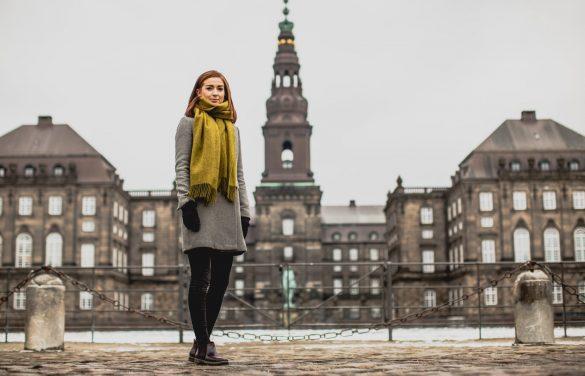 Folketingsmedlem og økonom Samira Nawa foran Christiansborg, hvor hun i dag arbejder for at skabe et samfund baseret på medborgerskab, medmenneskelighed og demokratiske værdier. Foto: Aske Ejby